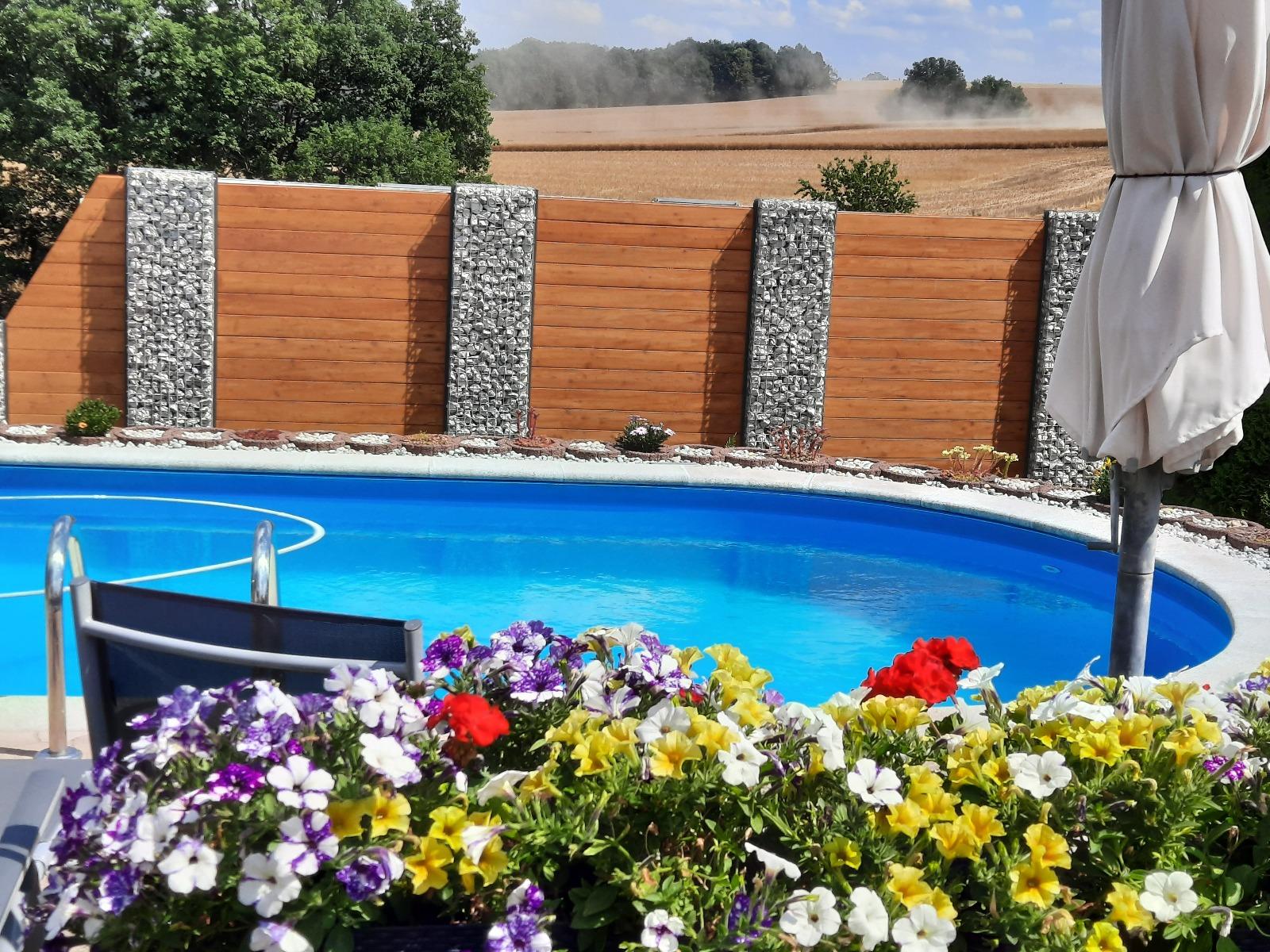 Schanskorf met Composiet bij Zwembad
