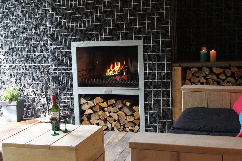 Maatwerk blokhaard met steigerhouten meubelen