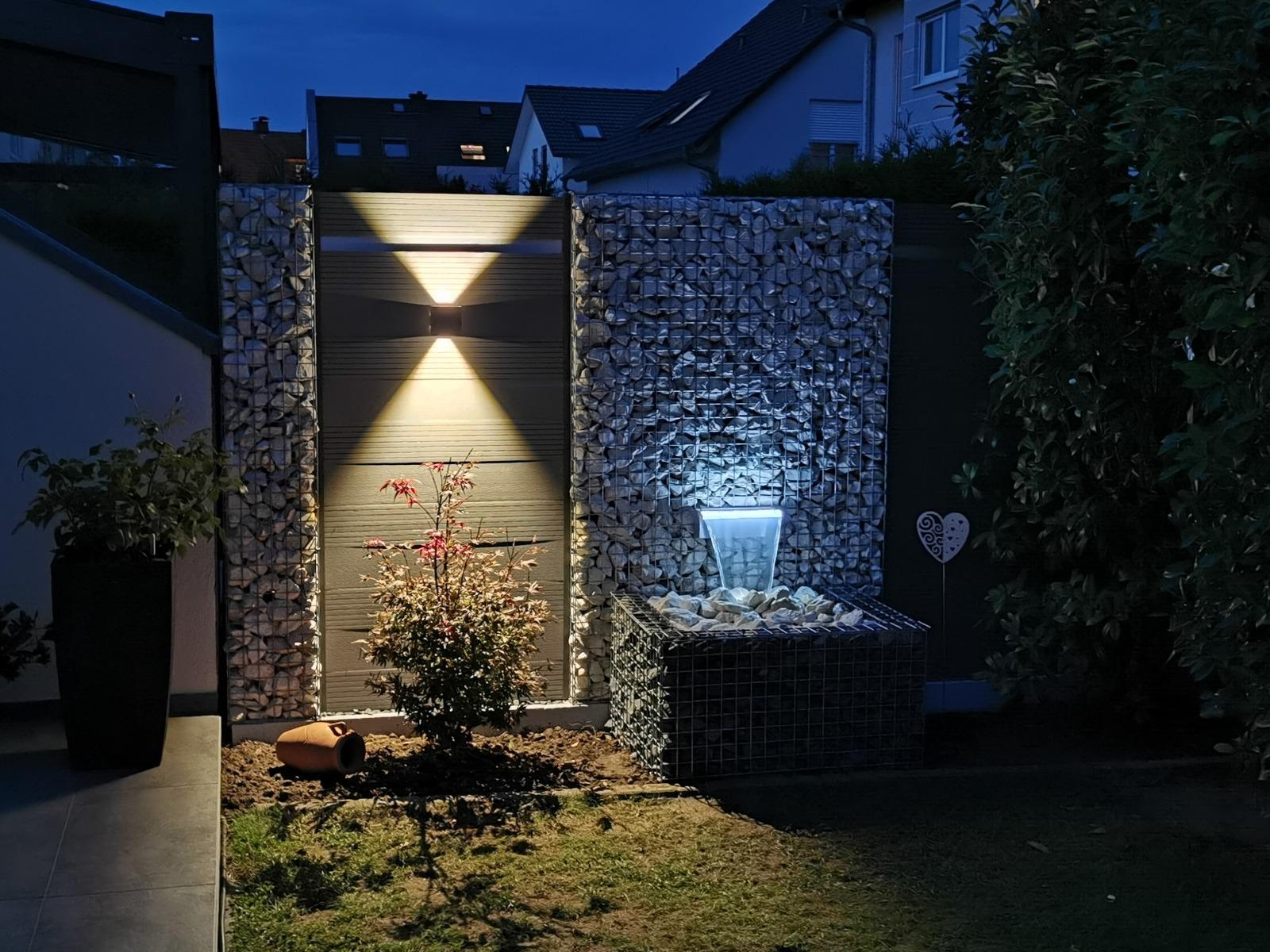 Composiet schutting met schanskorven, waterval en LED verlichting